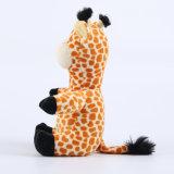 美しく柔らかい動物によって詰められるキリンのプラシ天のおもちゃ