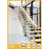 Escadas de madeira da escadaria reta interna com corrimão de vidro