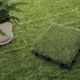 Jardin neuf de qualité enclenchant la tuile artificielle de gazon d'étage