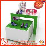 يعرض حذاء خشبيّة مبتكر على نحو معاكس لأنّ متجر تجاريّة