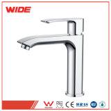 Водяной знак утвержден современный дизайн ванной комнаты раковина под струей горячей воды в полированный хром