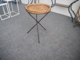 В гостиной иногда круглый стол со стороны лотка для древесины
