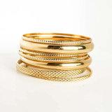 De gouden-kleur vulde Multilayer Armbanden van de Armbanden van de Charme die voor Vrouwen worden geplaatst