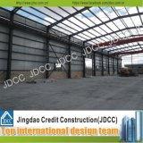 錆のペンキの鉄骨構造の倉庫