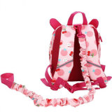 Il bambino mette il piccolo anti zaino sulle spalle perso bambino/del sacchetto (GB#6007)