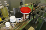 Automóvil que introduce alrededor de la máquina de etiquetado de la etiqueta engomada de los tarros con la placa giratoria de la colección