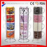 Tazza di ceramica della pila con differenti disegni