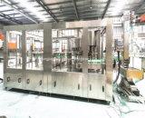 Автоматическое заполнение машины на заводе для минеральной воды