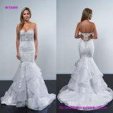 Corpete Strapless acentuado com o vestido de casamento de perolização intricado com a saia drapejada alargamento