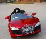 Conduite électrique de jouet d'enfants d'Audi sur le véhicule