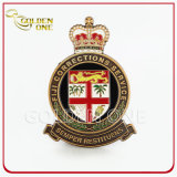 Emblema feito sob encomenda da segurança do esmalte do metal do ouro com revestimento protetor de couro