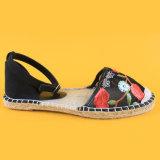 La punta Closed di modo delle donne fiorisce pianamente i sandali piani neri delle scarpe di tela