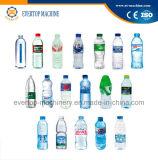 Bottiglia che beve acqua minerale che fa macchina