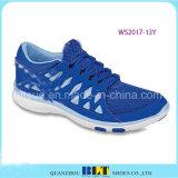 Девушка Blt учит побежать атлетические идущие ботинки типа