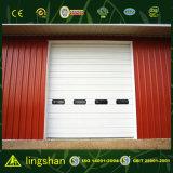 Almacén rojo de la estructura de acero con la puerta del balanceo