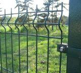 粉は電流を通された三角形の曲がる塀のパネルによって溶接された金網の塀に塗った
