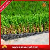 人工的な泥炭を美化している公共の緑フィールド偽造品の草