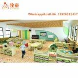 A tabela e a cadeira educacionais do jardim de infância de Montessori dos miúdos ajustaram-se na madeira