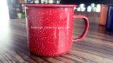 赤のそしてそうカラーによって点を打たれる装飾のエナメルのマグかコップ