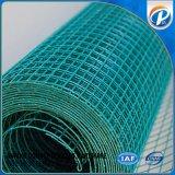 緑の粉によって塗られる溶接された金網の塀の網
