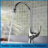 銅の洗面器のコック、浴室の熱く、冷たい回転式洗面器のコック