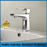 La stanza da bagno sanitaria contemporanea poco costosa degli articoli colpisce il rubinetto leggermente di lavabo