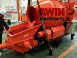 Individu pertinent chargeant le mélangeur concret avec la pompe avec le tambour 450L et le système du pompage 30m3