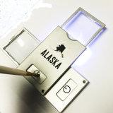 Magnifier tenuto in mano a finestra 3X della casella di formato della carta di credito del LED