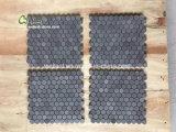 자연적인 돌 육각형 패턴에 의하여 갈리는 완료 검정 현무암 모자이크