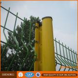深緑色の曲げられた溶接された金網の塀のパネル