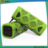 組み込みのマイクロフォン(緑)が付いているBluetoothの携帯用スピーカー