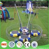 Bambini all'ingrosso di Sviya che saltano intorno all'ammortizzatore ausiliario del trampolino per quattro genti