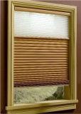 De Honingraat van vensters stelt het HandKoord van Zonneblinden met Geplooide Venetiaan in de schaduw