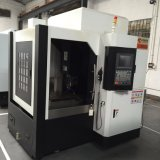 La máquina del CNC graba las herramientas para el proceso del molde