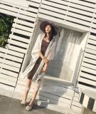 Il modo delle donne vede attraverso il bianco anteriore aperto del cardigan dello scialle del merletto