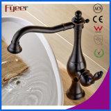 El aceite de Fyeer frotó el grifo de cobre amarillo del lavabo de la encimera de bronce