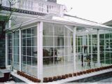 Гладкая поверхность с двойными стеклами окон из алюминия