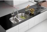 流し、台所の流し、台紙の倍ボールの台所の流しの下のステンレス鋼