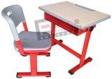 Escritorio y silla antiguos de los muebles de escuela solos