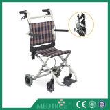 CE/ISO de goedgekeurde Hete Stoel van het Wiel van het Aluminium van de Ladenkast van de Verkoop Goedkope Medische Vouwbare (MT05030061)