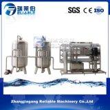 L'eau pure du système de traitement de filtration de l'eau potable la machine
