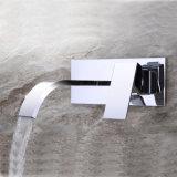 壁の台紙の真鍮の浴室の滝の蛇口