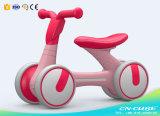 おもちゃ車/赤ん坊の振動車のおもちゃの最も新しい赤ん坊の歩行者の乗車はプラスチックスクーター/安く価格の一義的な赤ん坊の歩行者をからかう