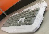 Компьютер разделяет белую связанную проволокой клавиатуру тетради цвета