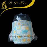 연약한 편리한 아기는 아기 훈련 바지를 위한 기저귀를 끌어 당긴다