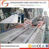 El panel de techo del PVC que hace la máquina con el estirador de tornillo doble