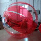 La plage rouge de l'eau la marche à pied de l'eau ballon gonflable à billes
