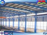 長いスパンの鉄骨構造の倉庫
