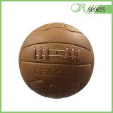 高品質または型のフットボールか標準的なサッカーボールまたは型の古いサイズ5のサッカーボール