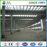 Estrutura de aço com profissional de armazém